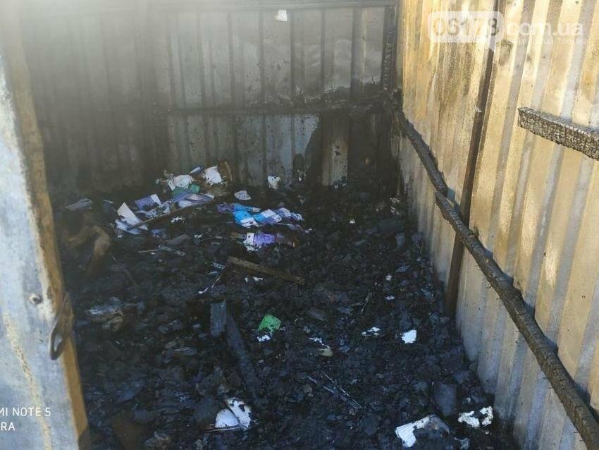 У Токмаку на приватній території горіла господарча споруда, фото-1