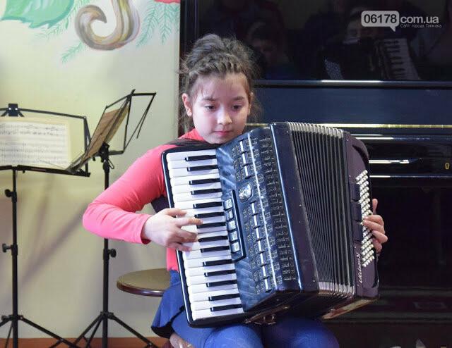 Юні акордеоністи  Токмака дали концерт до свята 8 Березня, фото-1