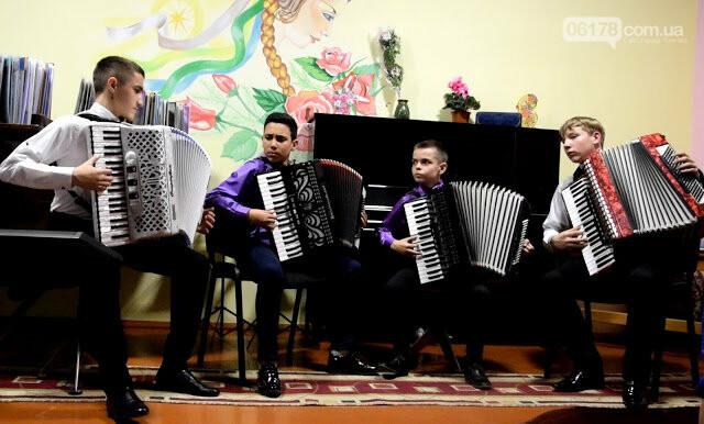 Юні акордеоністи  Токмака дали концерт до свята 8 Березня, фото-2